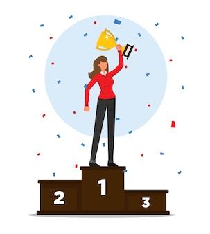Frau auf einem podium feiert sieg und hält seine trophäe mit konfetti