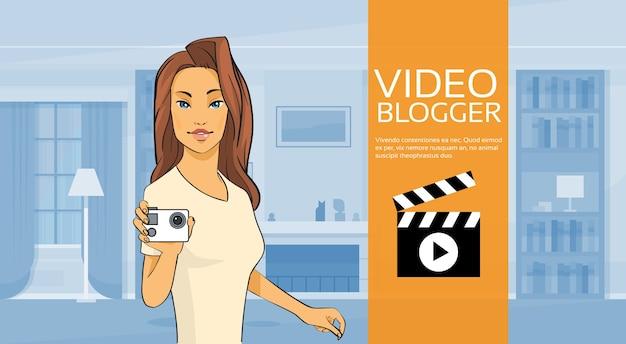 Frau blogger halten kamera video blog konzept home interior