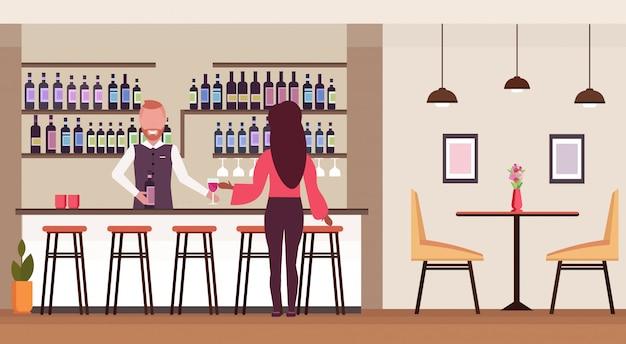 Frau, die am bartheke steht, der alkohol-barkeeper trinkt, der weinflasche und glasbarmann hält, der kunden modernes restaurantinnenraum flach horizontal bedient