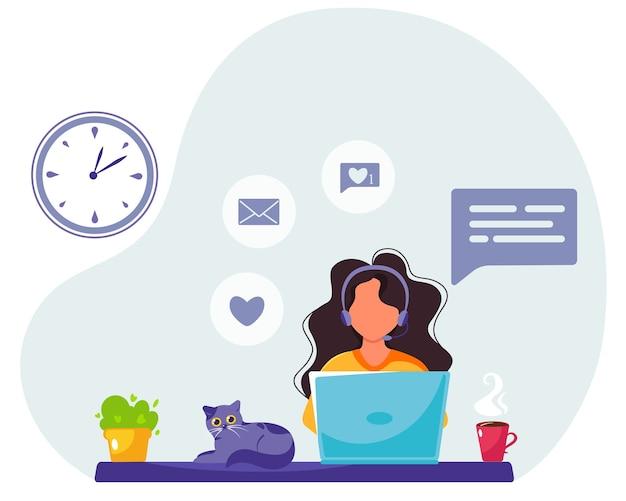 Frau, die am laptop in den kopfhörern arbeitet. freiberufler. heimarbeit. heimbüro. in einem flachen stil.