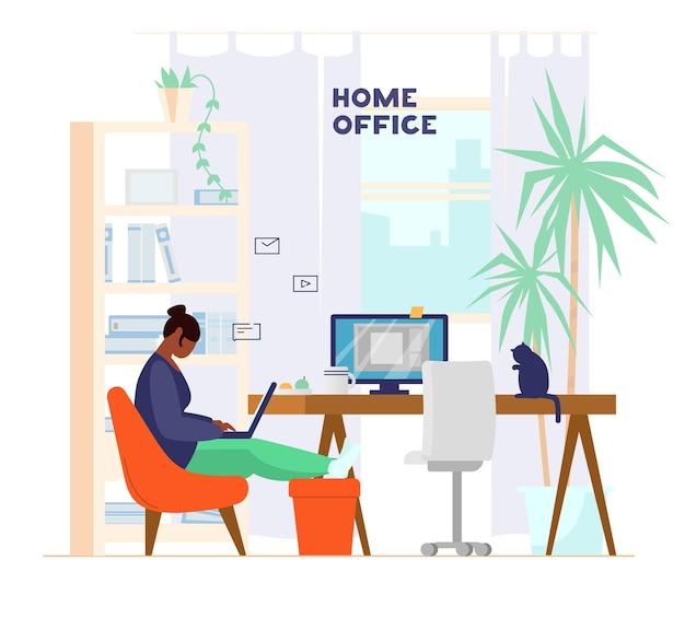 Frau, die am laptop von zu hause aus arbeitet oder studiert