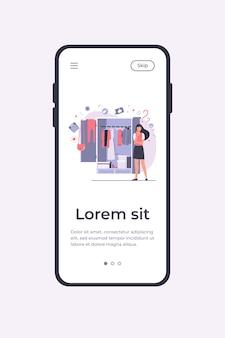 Frau, die am offenen kleiderschrank steht und kleidung wählt, um zu tragen. mobile app-vorlage der vektorillustration
