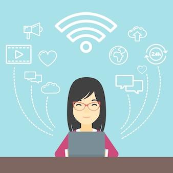 Frau, die an laptop arbeitet