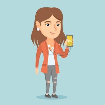 Frau, die app für das messen des herzimpulses zeigt.