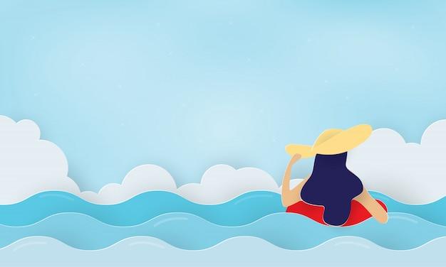 Frau, die auf aufblasbarem ring schwimmt, der im meer schwimmt, urlaub
