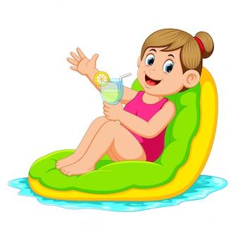 Frau, die auf aufblasbarer matratze sich entspannt