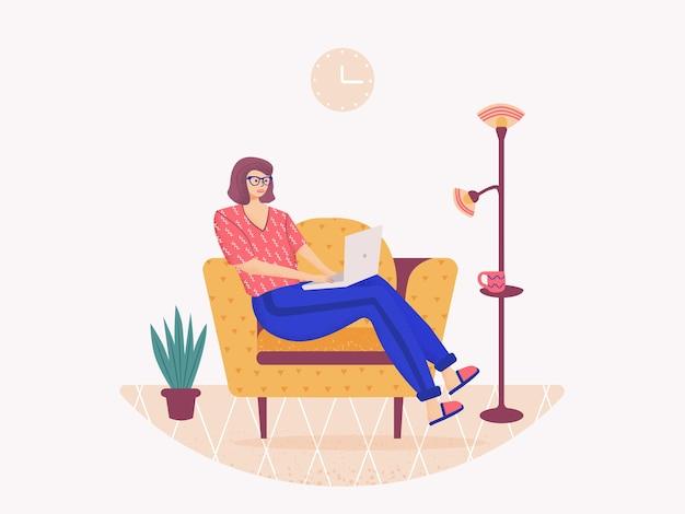 Frau, die auf dem sofa sitzt und am laptop arbeitet