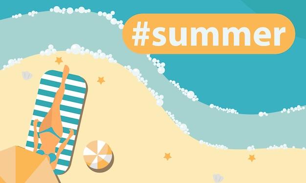 Frau, die auf dem strand ein sonnenbad nimmt und unter regenschirm hashtag sommer sich entspannt.