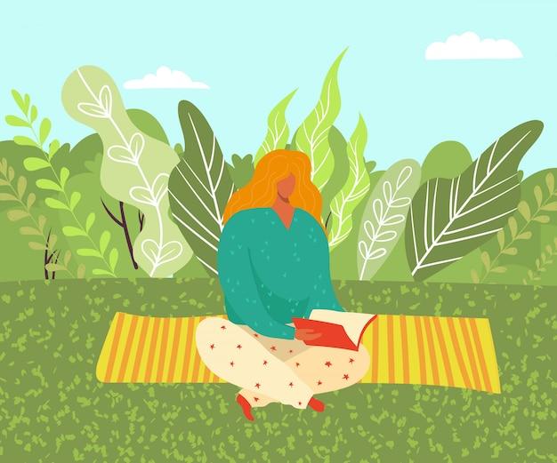 Frau, die auf gras im park auf yoga matt sitzt und ein buch über naturillustration liest. studentin studieren und lesen.