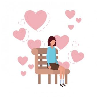 Frau, die auf parkstuhl mit herzcharakter sitzt