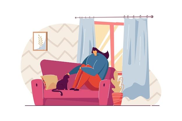 Frau, die auf sofa mit katze sitzt