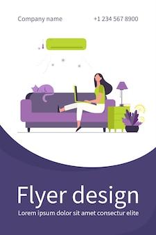 Frau, die auf sofa mit katze und laptop unter klimaanlage sitzt