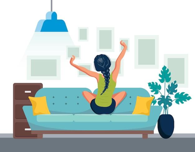 Frau, die auf sofa nach dem aufwachen streckt