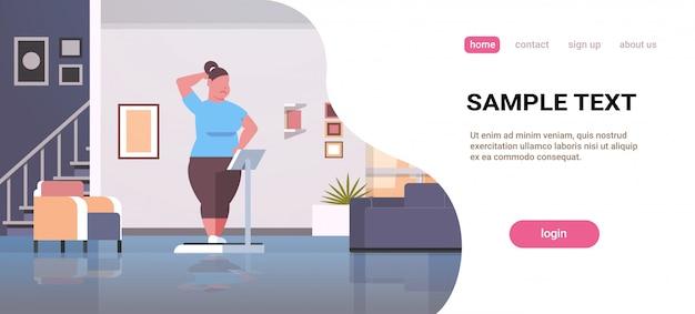 Frau, die auf waage über größe mädchen fettleibigkeit gewichtskontrolle konzept moderne wohnung steht