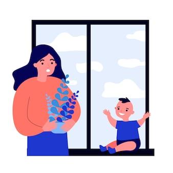 Frau, die baby betrachtet, das auf fenster sitzt
