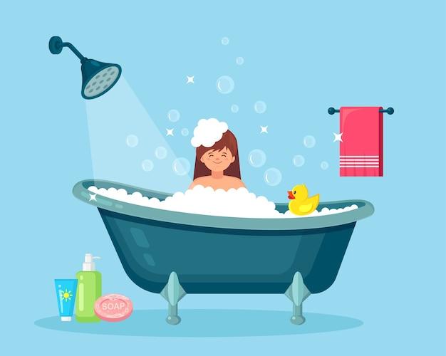 Frau, die bad im badezimmer nimmt. haare, körper mit shampoo, seife waschen. badewanne voller schaum mit blasen