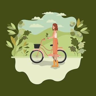Frau, die baum im park mit fahrrad pflanzt