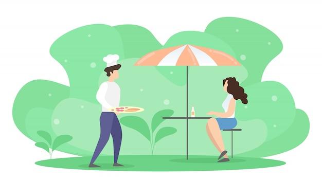 Frau, die bei tisch im sommer-café unter regenschirm-wartebestellung sitzt.