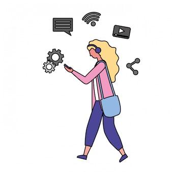 Frau, die bewegliches social media verwendet