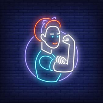 Frau, die Bizeps-Neondekoration zeigt. Leuchtreklame, Nacht helle Werbung