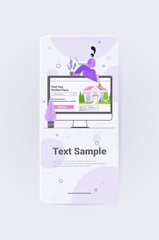 Frau, die eine computer-app für die suche nach häusern für die vermietung oder den kauf von online-immobilienverwaltungskonzepten verwendet, vertikaler kopienraum in voller länge