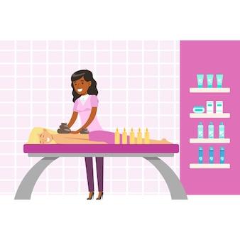 Frau, die eine entspannende massage mit massageöl in einem spa hat. bunte karikaturfigur auf weißem hintergrund