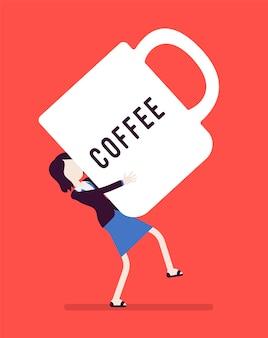 Frau, die eine riesige kaffeetasse trägt.