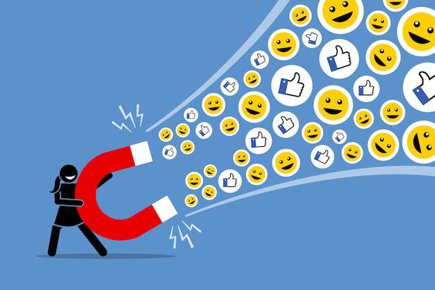 Frau, die einen großen magneten benutzt, um soziale medien anzulocken, mag daumen hoch und lächelt.