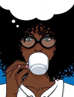 Frau, die einen kaffee trinkt