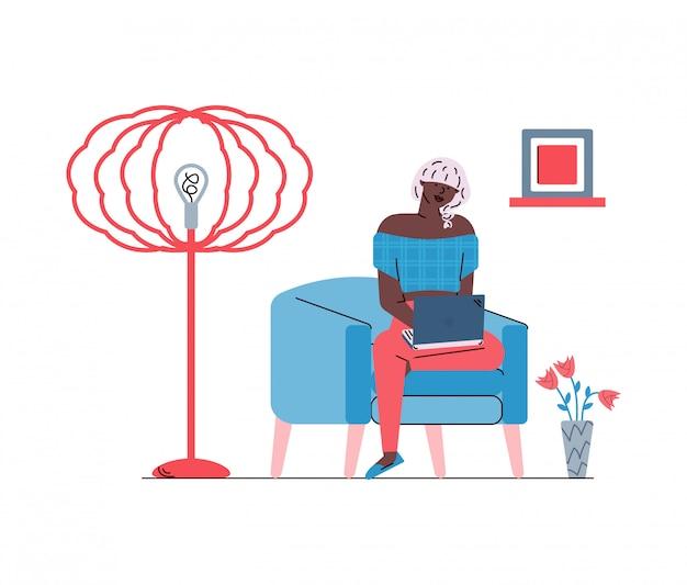 Frau, die entfernt oder fernarbeitsskizzenvektorillustration entfernt arbeitet, lokalisiert.