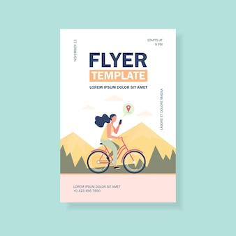 Frau, die fahrrad durch gebirgsfliegerschablone reitet
