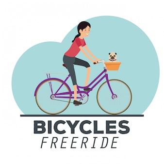 Frau, die fahrrad mit einem hund fährt