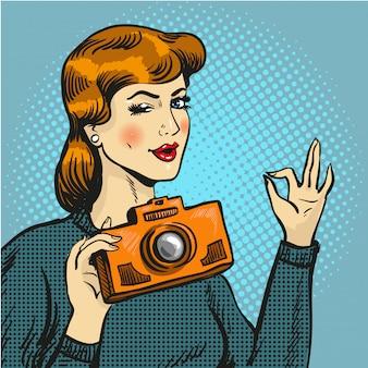 Frau, die foto in der pop-arten-art macht