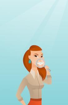 Frau, die ihre zähne mit einem vergrößerungsglas überprüft.
