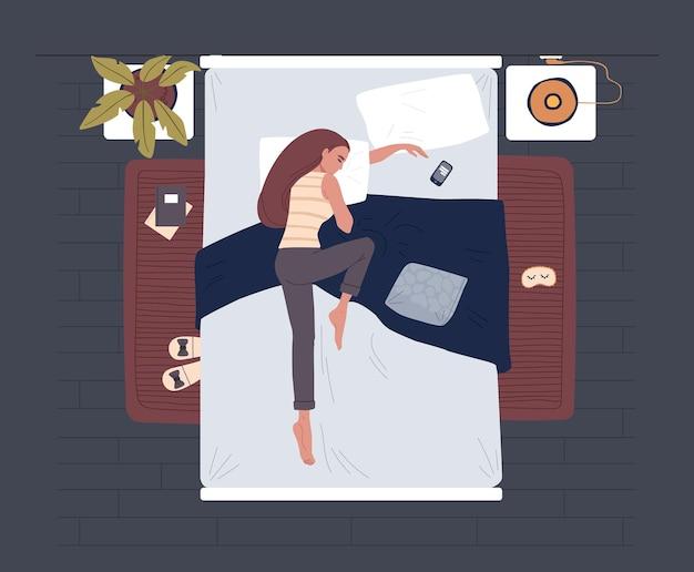 Frau, die im bett schläft. mädchen im pyjama im gemütlichen bett. nachtruhe schlafzimmer konzept.