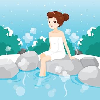 Frau, die im heißen frühling, japanische onsen entspannt