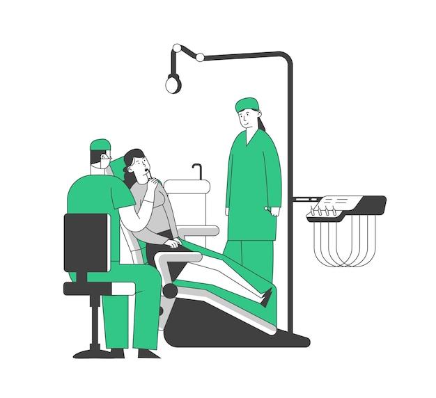 Frau, die im medizinischen stuhl im kabinett des stomatologen mit ausrüstung liegt.