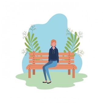 Frau, die im parkstuhl mit landschaft sitzt