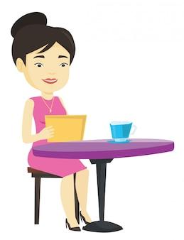 Frau, die im sozialen netzwerk im café surft.