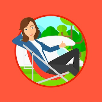 Frau, die im stuhl vor reisemobil sitzt.