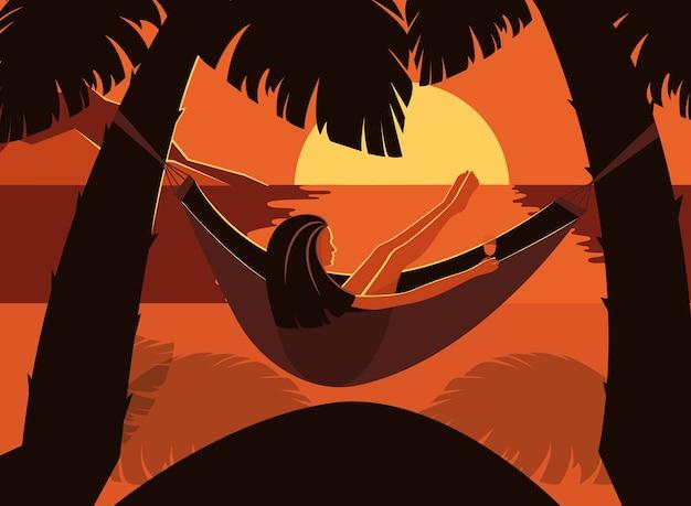 Frau, die in der hängematte zwischen palmen kühlt