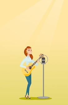 Frau, die in ein mikrofon singt.