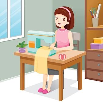 Frau, die kleidung durch nähmaschine näht
