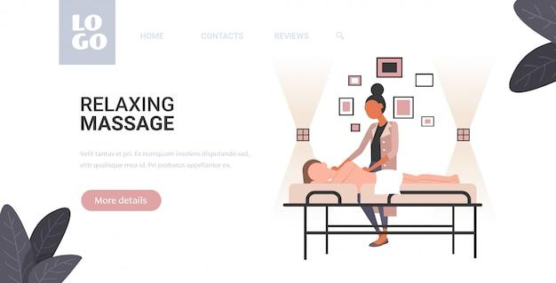 Frau, die körperformung masseurin im spa-salon erhält, macht anti-cellulite-entspannungsverfahren hautpflege-massagetherapie-konzept horizontal in voller länge kopienraum