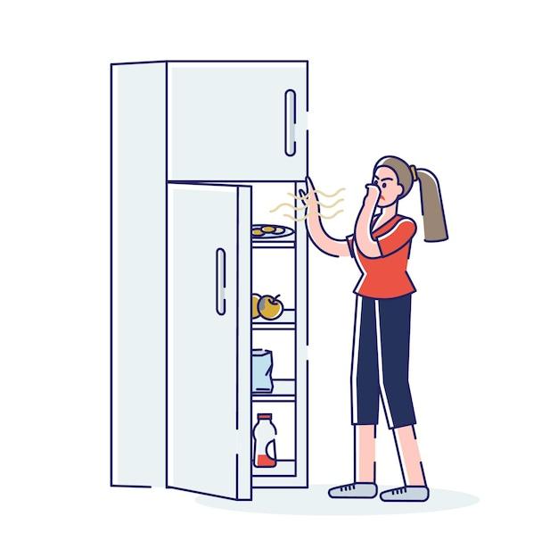 Frau, die kühlschrank mit verdorbenem stinkendem essen öffnet, das nase bedeckt, um vor gestank zu schützen