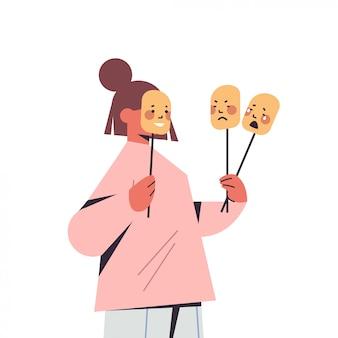 Frau, die masken mit verschiedenen emotionen hält, fälscht das gefühl einer psychischen störung
