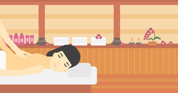 Frau, die massage empfängt