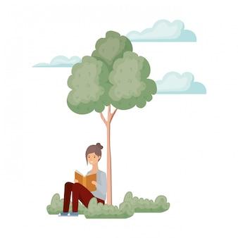 Frau, die mit buch in der landschaft mit bäumen und anlagen sitzt