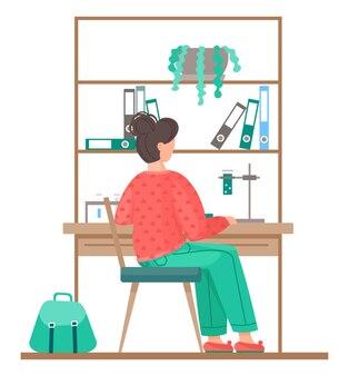Frau, die mit chemischen röhren, flaschen, flüssigkeiten arbeitet. weibliche chemische experimente, die am tisch nahe schrank mit regalen sitzen