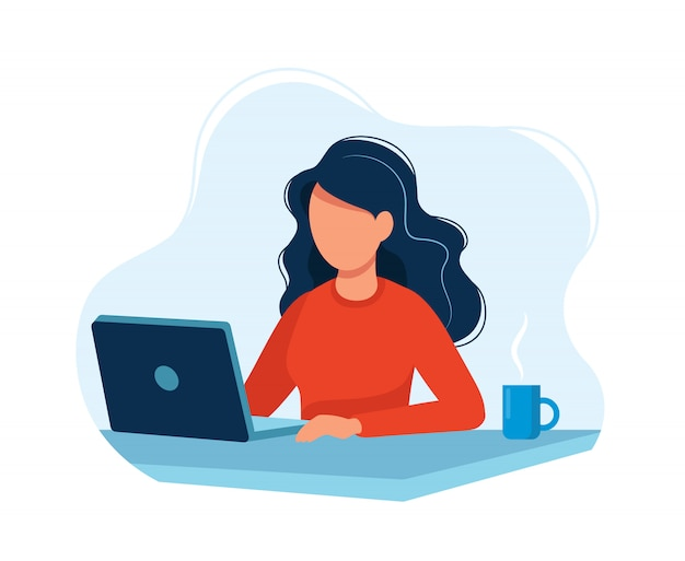 Frau, die mit computer arbeitet